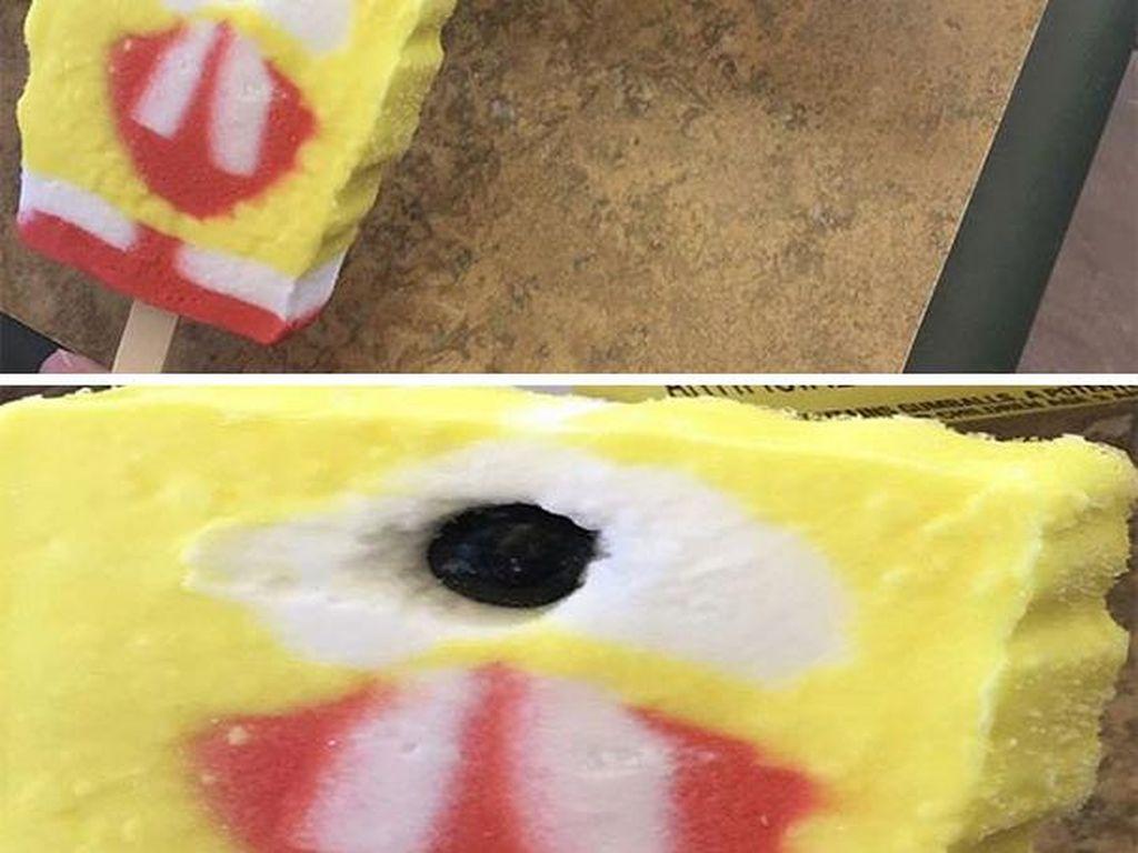Es krim SpongeBob SquarePants ini cukup instagramable dan SpongeBob seharusnya punya mata berjumlah dua. Tapi es krim berwarna kuning yang seharusnya berbentuk spongebob ini justru matanya kurang satu. Jadi tak menarik! (Foto: Bored Panda)