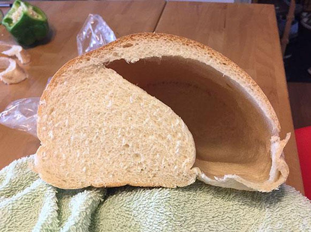 Kalau biasanya roti punya isian padat, yang satu ini justru isinya hanya setengah dan setengahnya justru hanya angin. (Foto: Bored Panda)