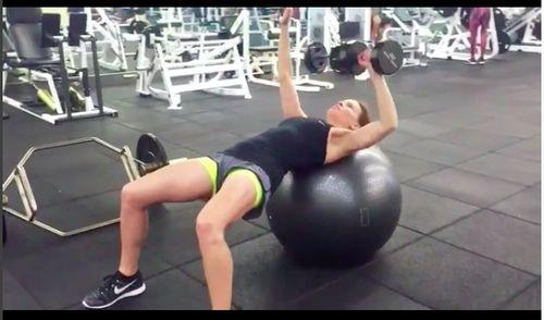Rahasia Lengan Sekencang Hillary Swank, Inspirasi Untuk Olahraga Pagi