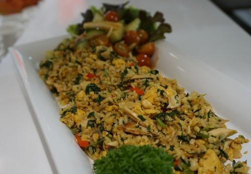 Si Kecil Suka Nasi Goreng? Buatkan Saja Nasi Goreng Bayam untuk Bekalnya!