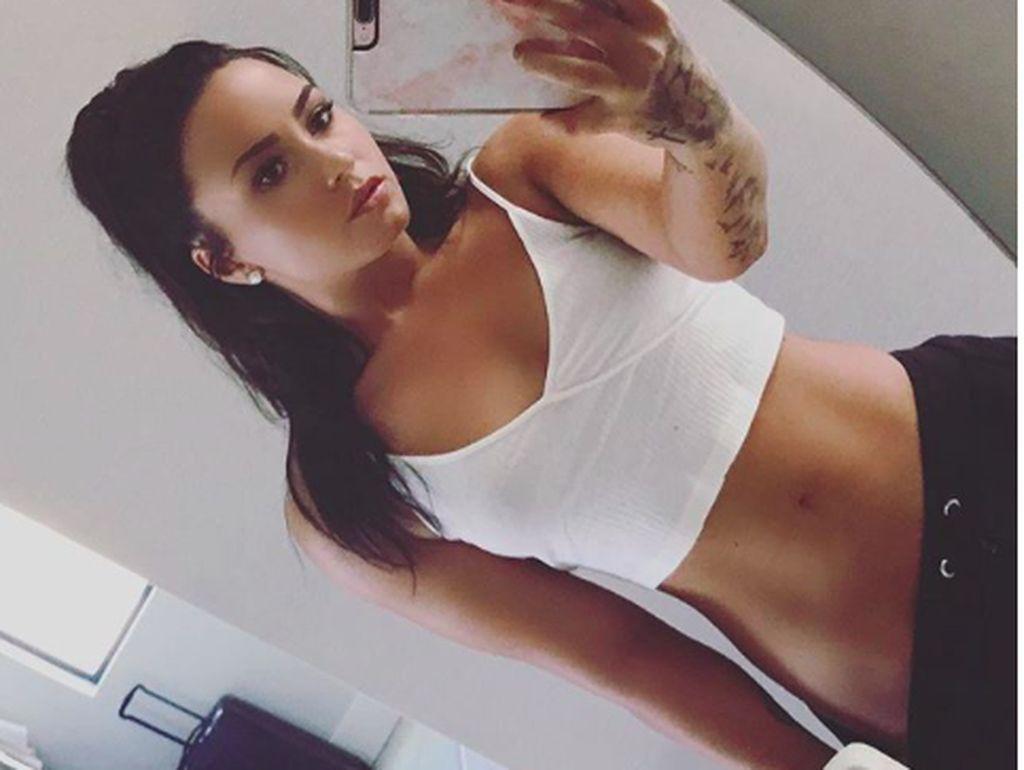 Olahraga yang Disarankan Dokter untuk Perut Rata Seperti Demi Lovato