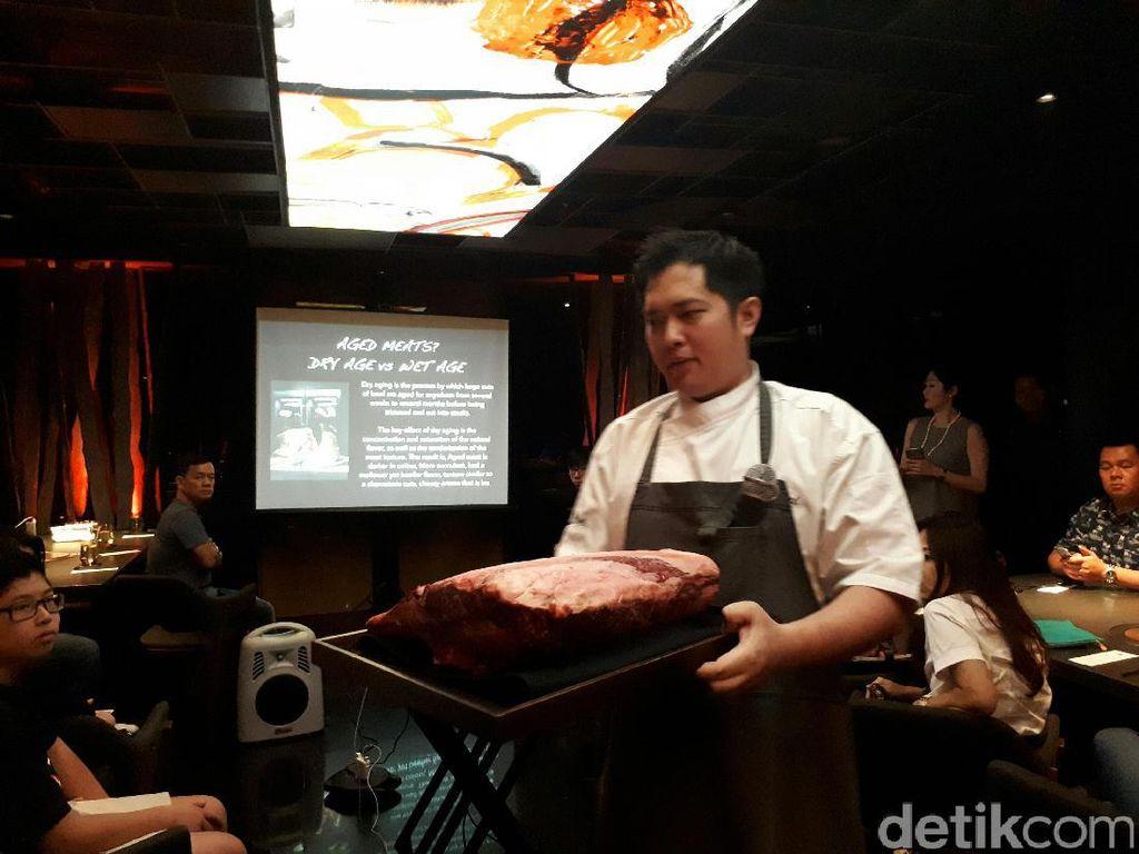 Dalam Beef Masterclass diperlihatkan daging segar yang belum lama disembelih.