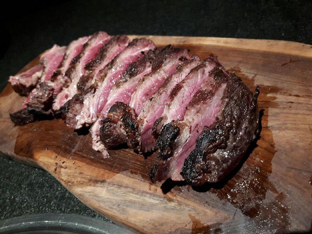 Kemudian dilanjutkan dengan 30 Days Dry Aged Topside - Australian Wagyu 7+ dan 60 Days Dry Aged Ribeye - 200 days grain fed Australian Angus. Daging steak bisa dinikmati dengan beberapa pilihan garam.