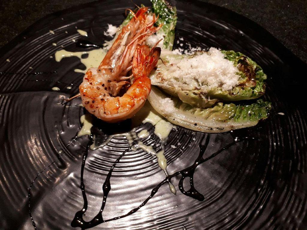 Acara dilanjutkan dengan makan bersama. Santapan dimulai dengan Grilled Romaine Salad yang dilengkapi tiger prawn panggang.