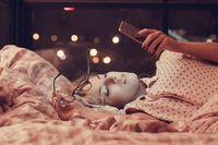 Jangan pernah memeriksa e-mail sebelum pergi tidur. Itu akan menimbulkan stres dan membuat sulit tidur. (Foto: Thinkstoock)
