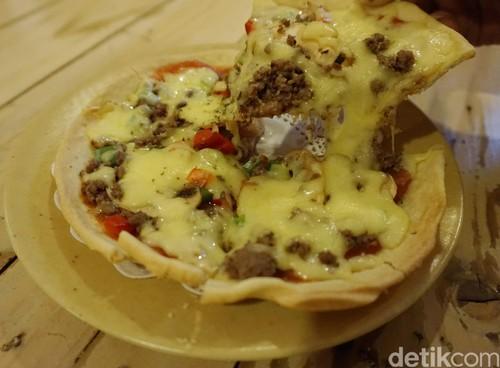 Noi Pizza: Krenyes Gurih Pizza Crispy Berlelehan Keju di Kafe Bergaya Inggris