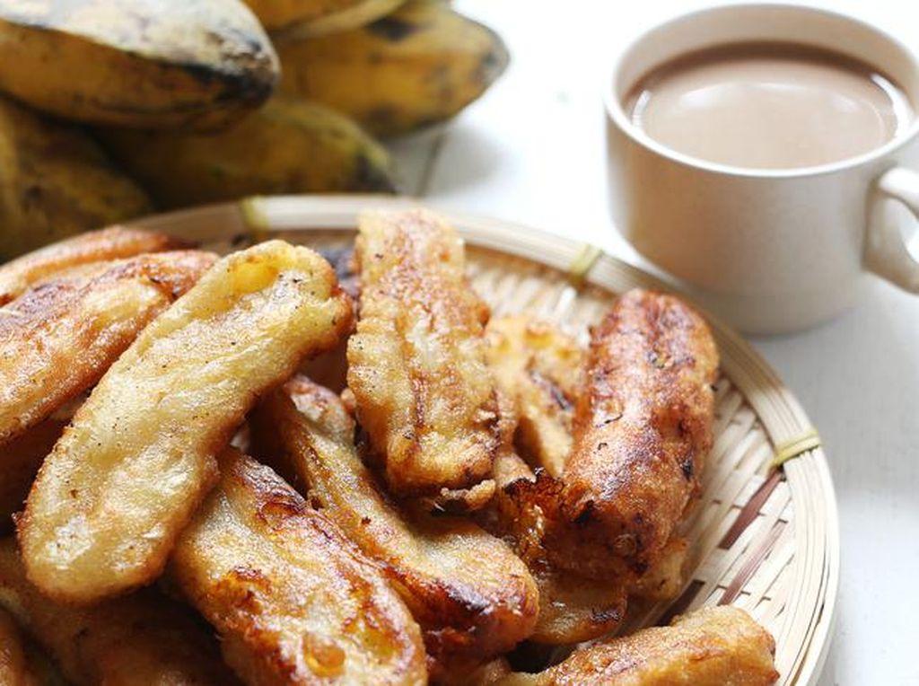 Jangan lupakan teman klasik minum kopi. Pisang goreng. Mau diiris, dipotong atau dibalut tepung selalu cocok dengan kopi.Foto: iStock