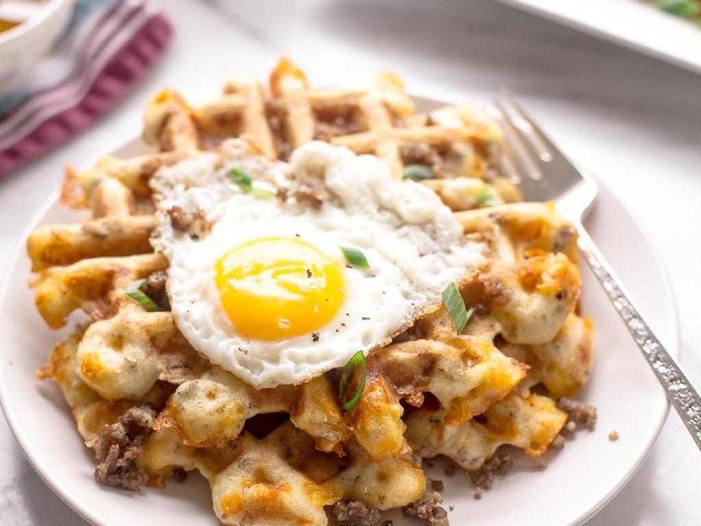 Foto: IstimewaDiberi isian daging cincang dan keju, waffle rasanya gurih luar biasa. Apalagi ditambah telur mata sapi. Mengenyangkan dan memuaskan!