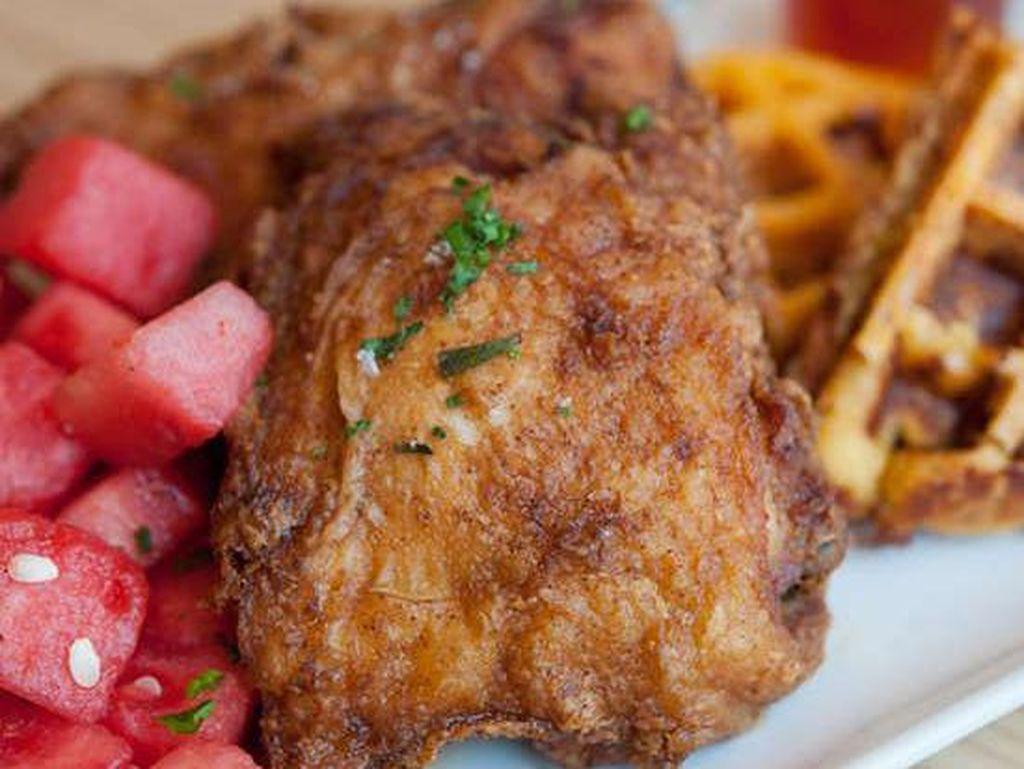Di Yardbird Southern Table and Bar; Miami, ayam direndam 27 jam dalam air garam dengan sedikit paprika dan cabai rawit. Ayam di sini digoreng dengan lemak babi dan disajikan dengan madu Tabasco. Foto: Istimewa