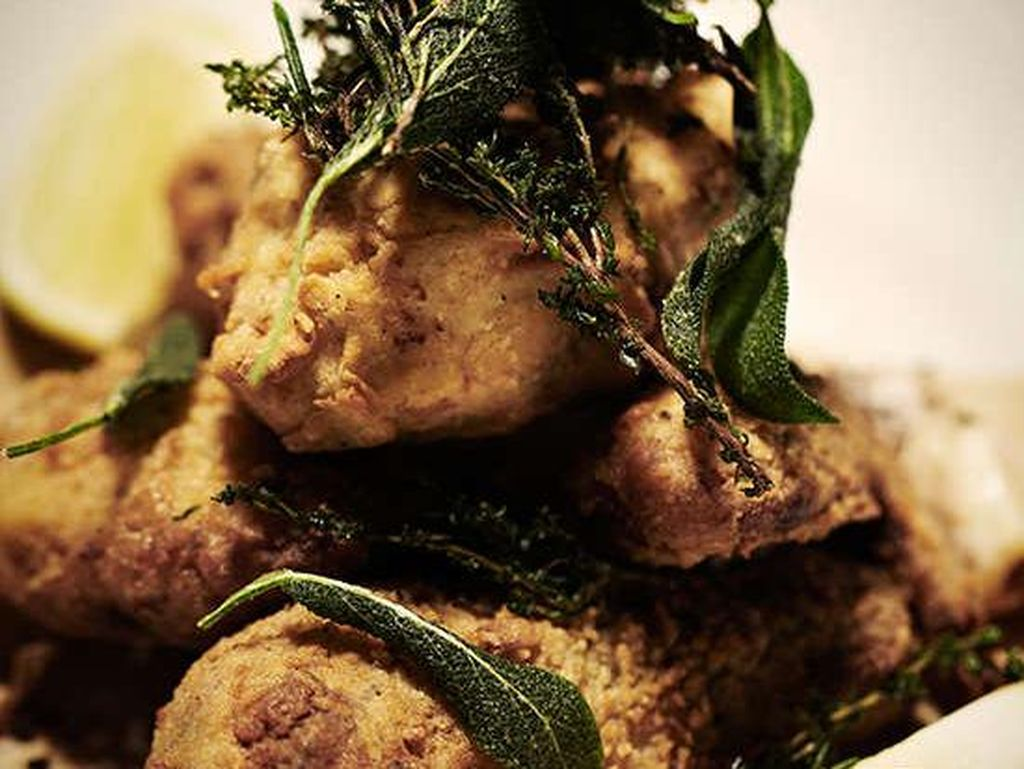 Wayfare Tavern, San Francisco memiliki ayam goreng yang sangat renyah dan lembut. Ayam dipanggang pada suhu 200 derajat selama 2 1/2 jam sebelum dilapisi tepung terigu dan digoreng. Foto: Istimewa