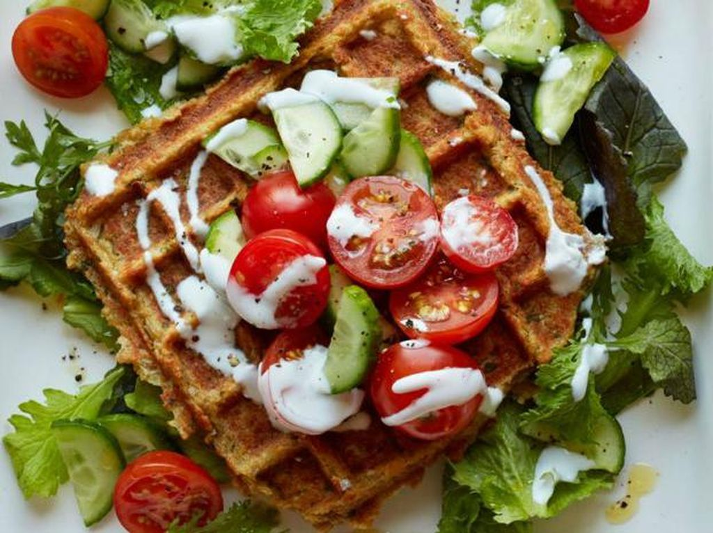 Foto: IstimewaSalad sayuran juga bisa diracik jadi topping waflle. Lengkapi dengan saus yoghurt atau mayonnaise, waffle makin mengenyangkan.