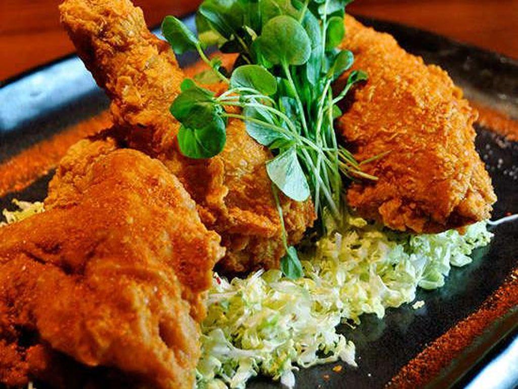 Di The Blue Ribbon Sushi Bar and Grill, Las Vegas, Anda akan mendapatkan ayam goreng super renyah yang dibuat dengan matzo meal crust dan disajikan dengan wasabi dan madu. Remahannya pun tak tersisa. Foto: Istimewa