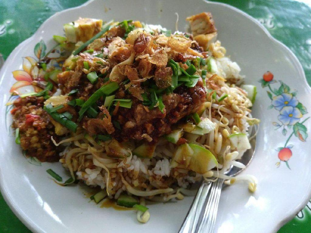 Nasu lengko menjadi sajian spesial asal Cirebon, Indramayu dan juga Brebes. Nasinya ditambahkan dengan tauger rebus, mentimun, tahu goreng, irisan kucai dan disiram dengan bumbu kacang. Selain itu, nasi lengko juga ditambahkan dengan kecap serta irisan cabai rawit. Ssst, paling enak disantap dengan kerupuk lho! Foto: Istimewa