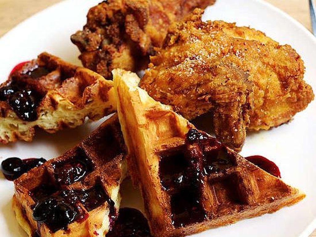 Sementara Simpatica, Portland, OR, menyajikan ayam goreng kari yang dipasangkan dengan wafel dan vanilla-infused dried-fruit syrup. Alamak, sedapnya hingga gigitan terakhir! Foto: Istimewa