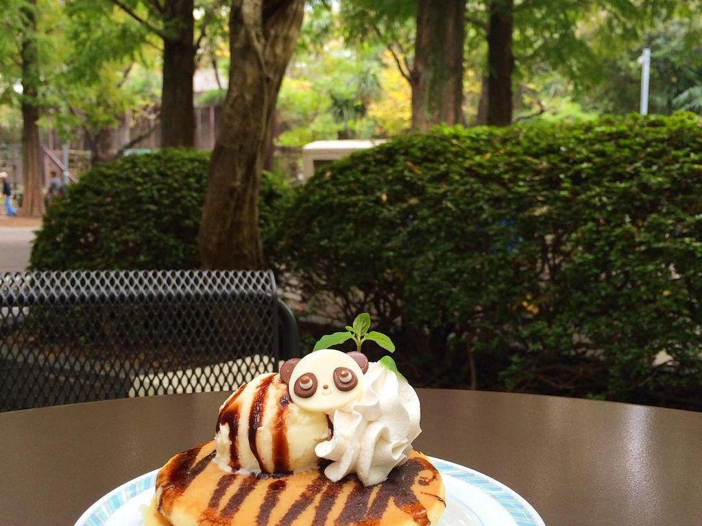 Ueno Zoo Higashi en Shokudau ini ada di kebun binatang Ueno.Pance empuk dihiasi dengan es krim dengan hiasan wajah panda lucu.Foto: Istimewa