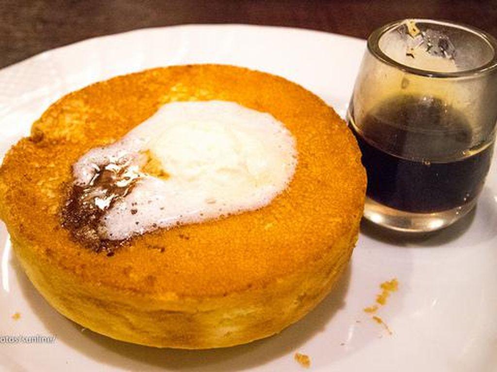 Pancake yang lembut halus mirip souffle bisa dinikmati di Hoshino Coffee, berada di lokasi Soffle Kan. Alamat : Kawano Annex B1F, 3-36-14 ShinjukuFoto: Istimewa