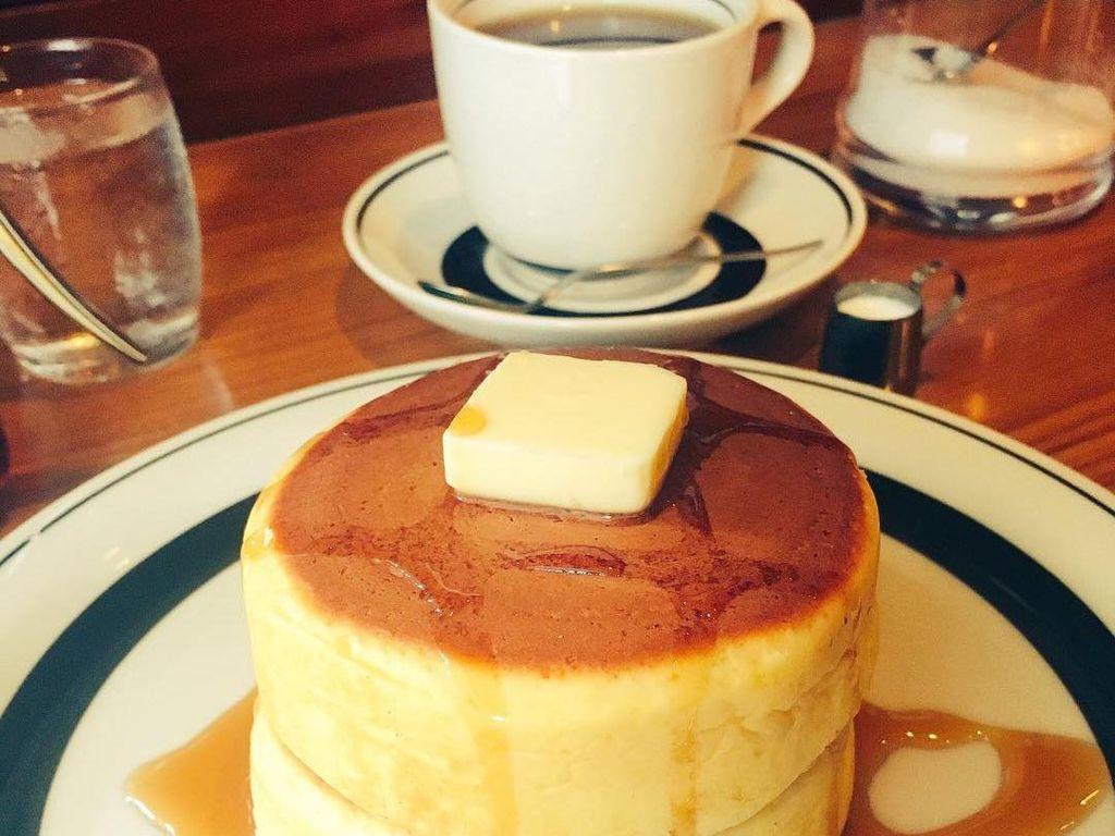 Dijamin ketagihan mencicipi pancake di Pinokio, Itabashi. Pancake tabal, lembut teksturnya dan bagian luanya crunchy disiram maple syrup. Alamat: 16-8 Oyamakanaicho Itabashi-ku TokyoFoto: Istimewa