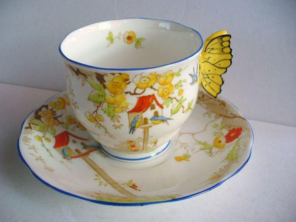 Cangkir teh porselin China atau China bone Royal Albert ini bagian luarnya berhiasa aneka bunga. Sementara sayap kupu-kupu menjadi pegangan cangkirnya. Elegan can cantik! Foto: Istimewa