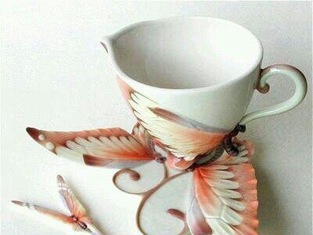 Bentuk kupu-kupu diwujudkan dalam bentuk saucer yang cantik. Juga ujung sendok teh. Meskipun tak biasa bentuk ini juga cantik dan unik. (Foto: Istimewa)