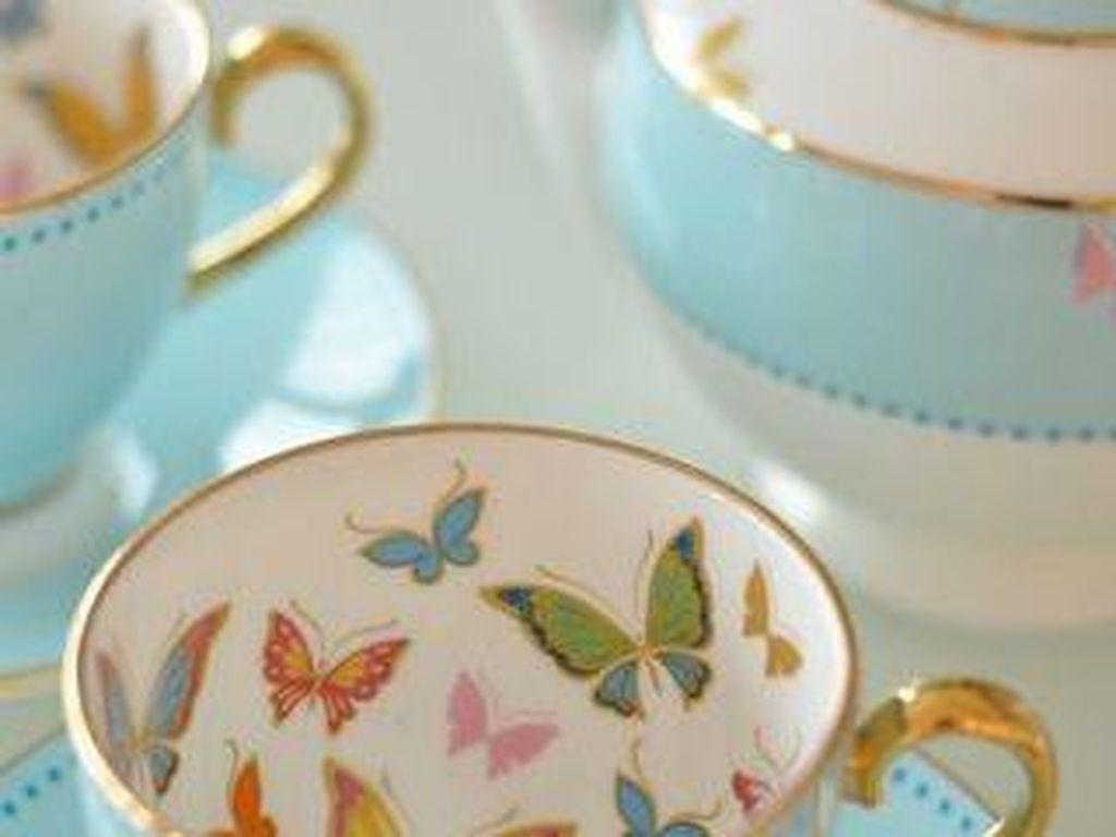 Paduan warna hijau turquoise dengan emas memberi kesan mewah pada cangkir teh ini. Apalagi ada kupu-kupu berterbangan di dalam cangkirnya. Cantik! ( Foto: Istimewa)