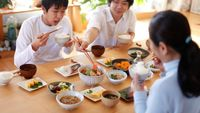 Makan terlalu cepat menurut penelitian dari University of Rhode Island berpengaruh dari berat badan seseorang. Orang yang makan dengan perlahan cenderung lebih langsing 1/3 kali dibandingkan dengan yang makan dengan kalap. (Foto: iStock)