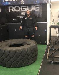 Latihan yang ia lakukan? Mengangkat besi sudah biasa ia lakukan, tapi lihat latihan lainnya. Ada ban besar yang harus ia angkat dan gulingkan untuk melatih otot-ototnya. (Foto: Instagram @thorbjornsson)