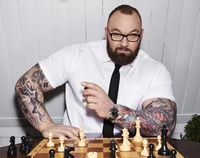 Tak hanya melatih otot-otot badannya, Bjornsson juga melatih otaknya dengan bermain catur. (Foto: Instagram @thorbjornsson)