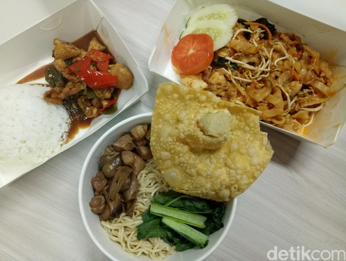 Bakmitopia: Gurih Mantap Bakmi Ayam Komplet dan Nasi Ayam Cabe yang Pedas!