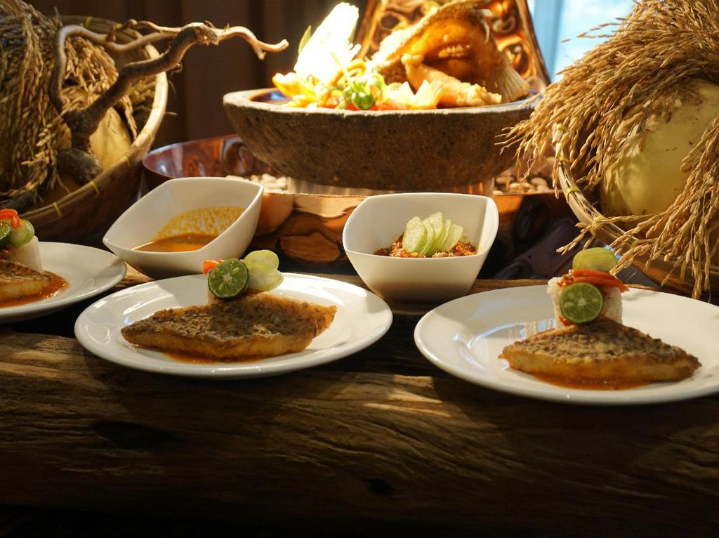 Kalau yang ini ada masakan Betawi yang agaknya sulit ditemukan yaitu Ikan Pecak. Racikan ikan dengan paduan rempah khas ini dibuat oleh Chef Sahrul Anwar dari Sheraton Grand Jakarta Gandaria City Hotel. (Foto: detikFood)