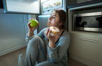 Yang tak kalah penting adalah hindari makan sebelum tidur. Selain bisa menyebabkan menyebabkan obesitas juga dapat menyebabkan naiknya asam lambung yang berdampak pada gangguan tidur. (Foto: Thinkstoock)
