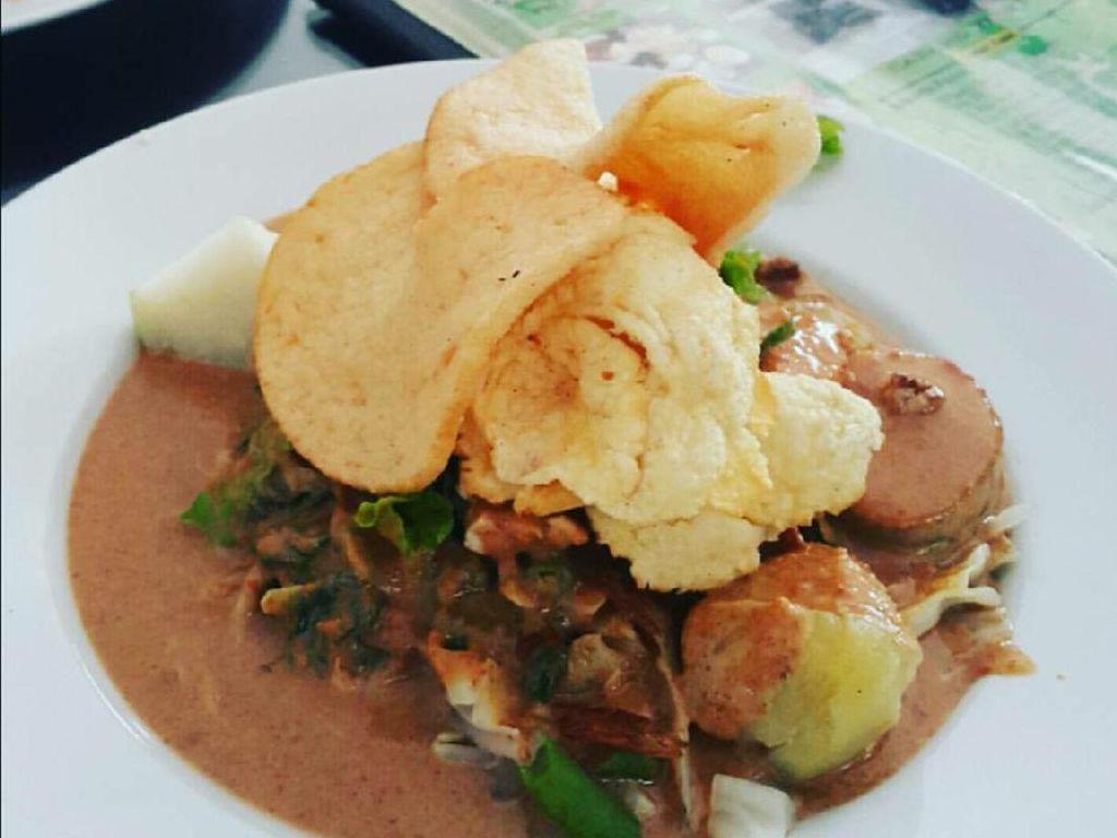 Gado-gado siram dari Gado-gado Boplo ini juga terkenal dengan saus yang lembut dengan topping kerupuk udang dan emping. (Foto: Istimewa)