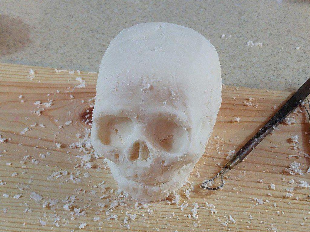 Katherine memang piawai menggoreskan alat dapurnya menjadi seni cake yang menakjubkan. Ini cake yang dibentuk menjadi tengkorak kepala yang mirip sekali dengan warna putih gading atau putih tulang.  Foto: Bussines Insider