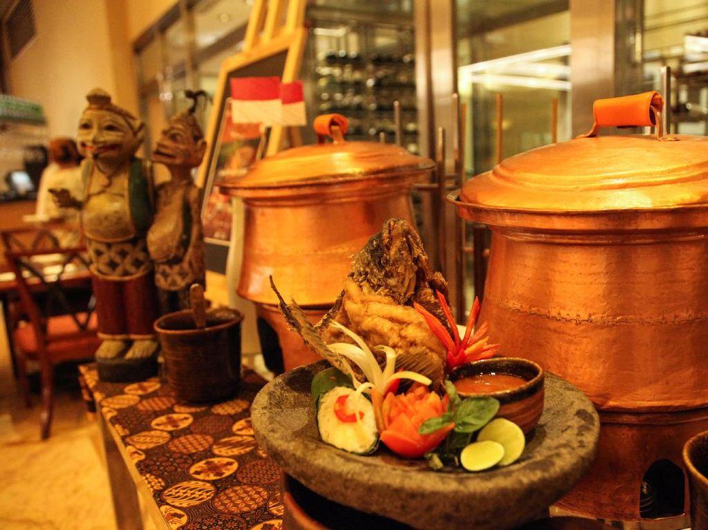 Anda bisa menikmati beragam sajian Indonesia racikan chef hotel ini mulai tanggal 10-20 Agustus 2017 saat makan malam di Sailendra Restaurant, Hotel JW Marriott dengan harga mulai dari Rp 338.000++ per orang. (Foto: JW Marriott Hotel Jakarta)