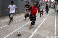 Hari ulang tahun (HUT) Republik Indonesia yang jatuh pada tanggal 17 Agustus selalu dirayakan secara meriah oleh seluruh masyarakat. Berbagai perlombaan diadakan untuk memeriahkan perayaan ini, beberapa di antaranya membutuhkan kekuatan fisik. Kekuatan fisik yang baik adalah yang dilatih secara rutin sebelumnya. Foto: Agung Pambudhy
