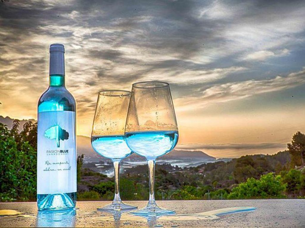 Wah, Wine Berwarna Pelangi yang Cantik Ini Dibuat dengan Bahan Alami!