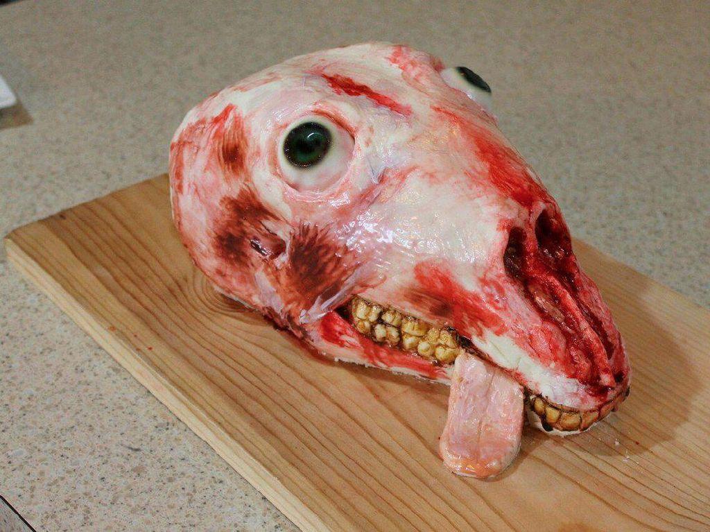 Cake ini terlihat seperti kepala kambing yang sudah dikuliti tanpa bulu. Hiii, ada gigi dan lidah yang menjulur keluar serta mata yang membelalak.Foto: Bussines Insider