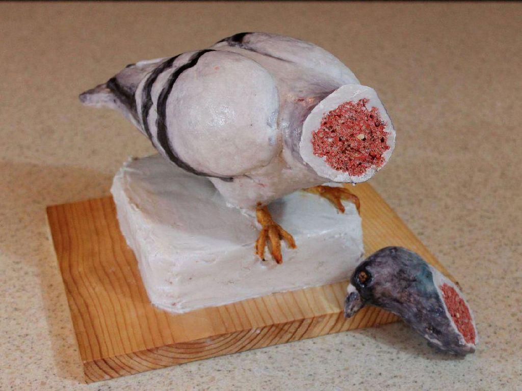 Awalnya cake berbentuk burung ini utuh dengan kepala. Tapi ketika dipotong justru cake ini terlihat menyeramkan. Bagian dalamnya terlihat seperti daging berdarah dan pembuluh-pembuluh darah. (Foto: Bussines Insider)