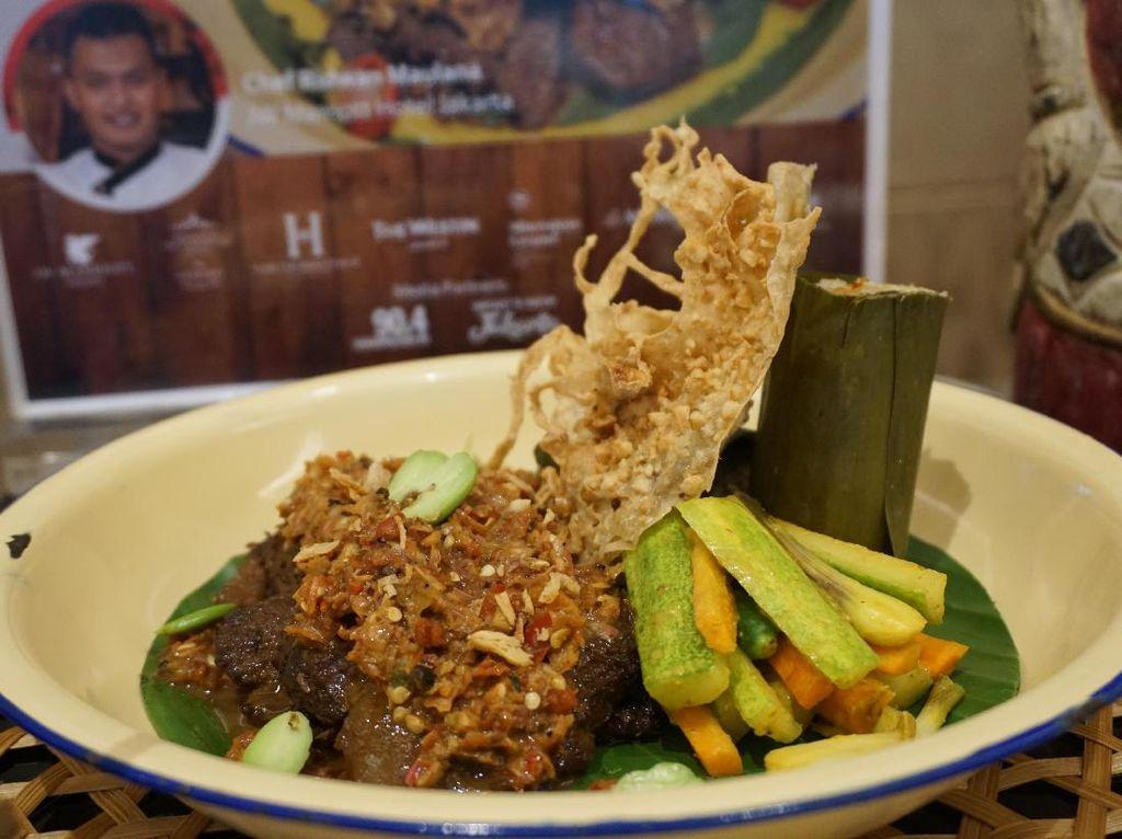 Dari 7 chef yang berkompetisi yang diadakan oleh JW Marriott Hotel Jakarta, ada satu pemenang yang dipilih dalam Indonesia Culinary Jourey 2017 yaitu Nasi Tutug Oncom yang dibuat oleh Chef Ridwan Maulana dari JW Marriott Hotel Jakarta. Sedap! (Foto: detikFood)