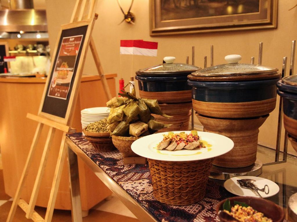 Kali ini Chef Chandra Sudirgo dari Keraton at the Plaza membuat racikan Tuna Asap Saus Mangut dengan rasa tradisional tapi disajikan modern. (Foto: JW Marriott Hotel Jakarta)