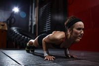 Berlatih dengan gerakan push up sebelum perlombaan tarik tambang sangat dibutuhkan. Menurut dokter spesialis kedokteran olahraga dari RS Mitra Kemayoran, dr Michael Triangto, SpKO, gerakan ini melatih otot-otot lengan seperti trisep dan bisep serta otot punggung dan bahu. (Foto: Thinkstock)