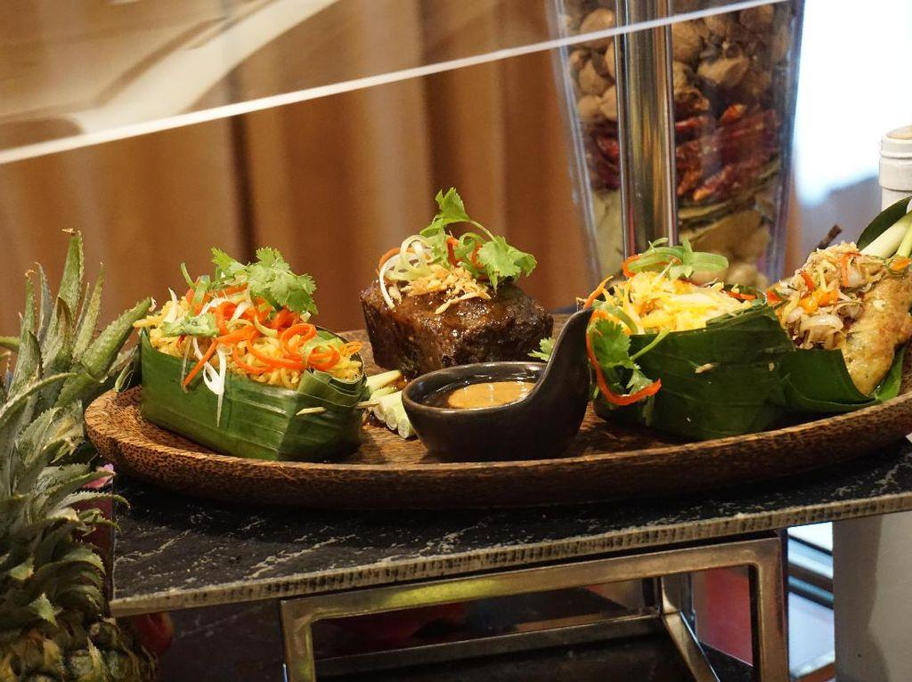 Terdiri dari beberapa jenis masakan di Indonesia, Chef Eka Arti Setiadi dari The Hermitage menyajikan nasi gurih Aceh, iga bakar bumbu kecap, urap dan sate lilit Bali. Sajian ini bernama Taste of Indonesia. (Foto: detikFood)