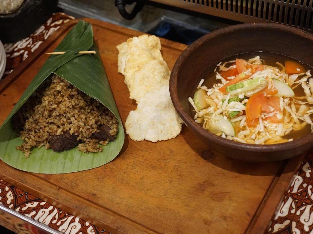 Sederhana tapi rasanya sedap! Nasi goreng kambing racikan chef Nurrohman dari The Mayflower Executive Apartements ini bisa Anda cicip di Sailendra Restaurant Hotel JW Marriott Jakarta. (Foto: detikFood)