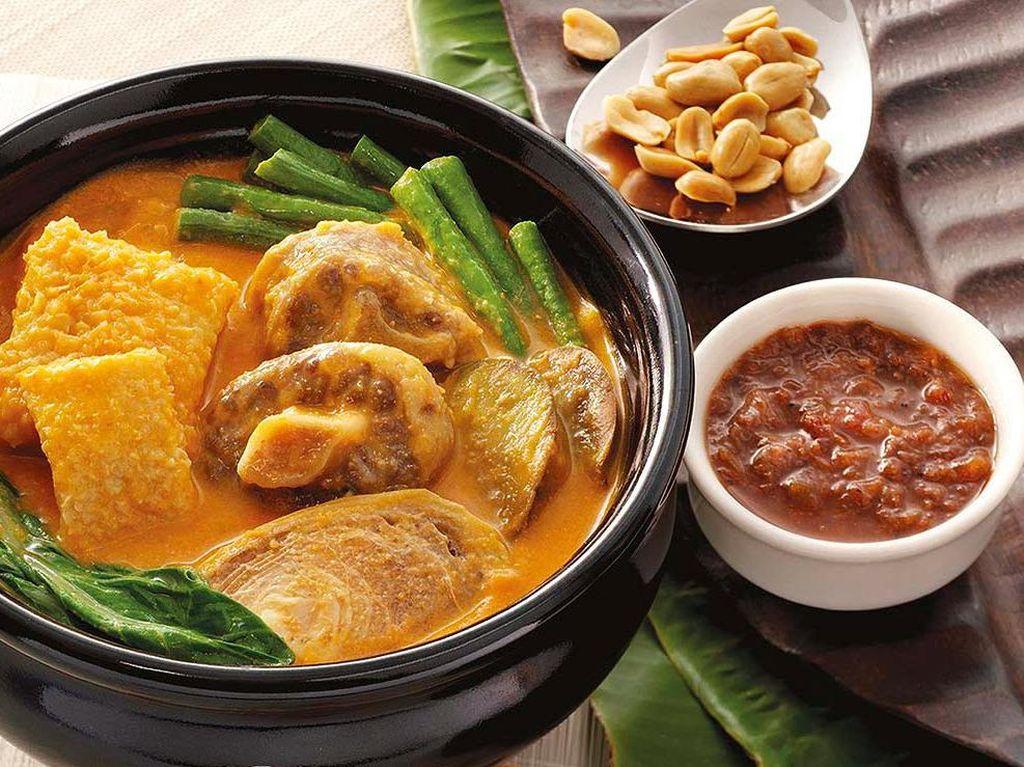 Filipina sebenarnya memiliki kuliner yang lezat, namun kurangnya pengembangan, membuat kulinernya tidak sepopuler kuliner Thailand dan Vietnam. Salah satunya, Kare-Kare, hidangan berkuah dari buntut sapi dihidangkan dengan banyak sayuran, kacang, juga bawang putih. Foto: Istimewa