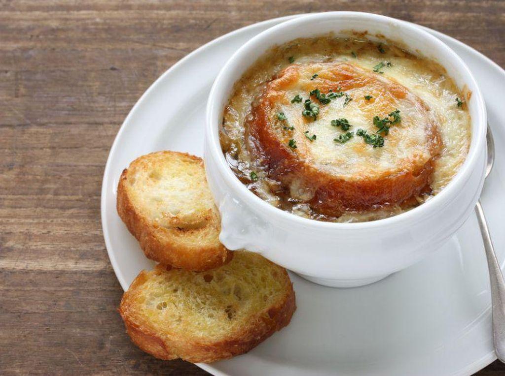 Kiblat kuliner dunia, Prancis, menjadi tempat belajar para chef dunia. Mulai dari pastry hingga makanan berat. Prancis juga mimiliki Soupe à loignon, sup tradisional yang terbuat dari kaldu sapi yang lezatFoto: Istimewa