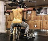 The Rock juga diketahui memiliki bahu dan punggung yang bidang. Latihan seperti ini penting untuk membuat otot bahu dan punggung yang kuat, sehingga dapat menopang kinerja otot lainnya. (Foto: instagram/@therock)