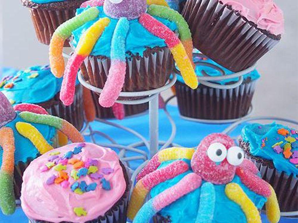 Gurita-gurita manis ini bisa disusun bertingkat. Olesan krim mentega warna biru dan diberi hiasan permen warna-warni yang pangang.Foto: Istimewa
