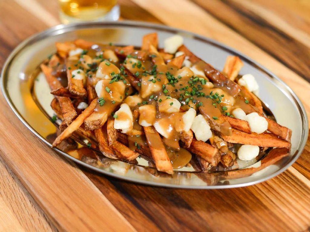 Kanada merupakan salah satu negara yang terdiri dari banyak etnis dan budaya sehingga menghasilkan kuliner yang beragam. Seperti Poutine, kentang goreng dengan pasuan saus cokelat. Foto: Istimewa
