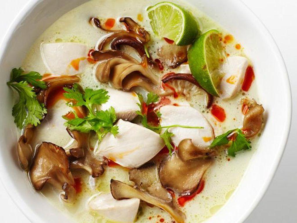 Thailand terkenal dengan jajanan kaki lima yang murah dan enak. Selain Tom Yum, ada Tom Kha Kai, yaitu kari ayam berkuah santan yang harum berempah. Foto: Istimewa