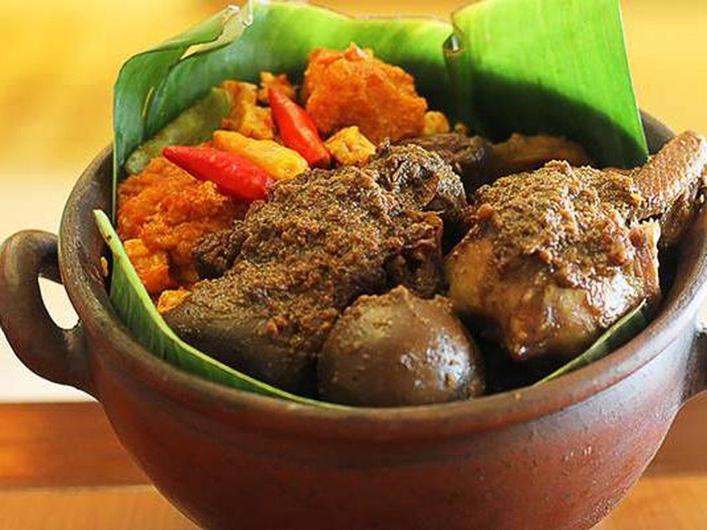 Meski rendang berhasil dinobatkan sebagai makanan terlezat di dunia, Indonesia masih memiliki ratusan makanan lezat lainnya. Seperti gudeg, masakan khas Jawa Tengah dari nangka muda yang unik dan enak. Foto: Istimewa