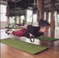 Saat melakukan latihan TRX yang membutuhkan kekuatan inti tubuh dan lengan, Tatjana terlihat seperti Superwoman. Foto: Instagram/tatjanasaphira